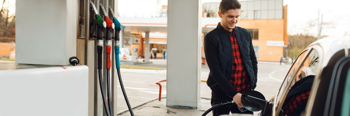 man re-fuelling car with E10 petrol