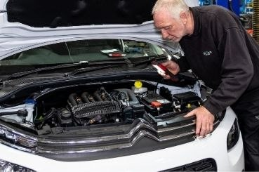 stoneacre mechanic performing a car service